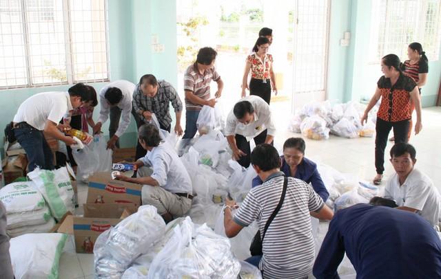 Hoạt động từ thiện cũng nhận được sự hỗ trợ từ Phòng Y tế thị xã Tân Châu, cấp ủy-chính quyền xã Phú Lộc. Trong ảnh, chủ tịch xã (ngồi phải) đang cùng các ký giả soạn quà gửi đến bà con.