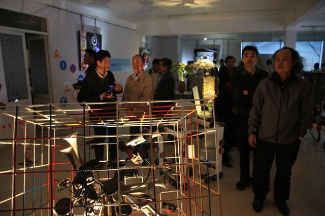 Triển lãm ảnh và nghệ thuật sắp đặt Biển báo của nghệ sỹ nhiếp ảnh Mỹ Dũng được Liên hiệp các hội văn học nghệ thuật TP Đà Nẵng phối hợp với Sở GTVT Đà Nẵng tổ chức đã chính thức diễn ra vào chiều tối ngày 23/12 tại Trung tâm Bảo tàng Đà Nẵng (78 Lê Duẩn)