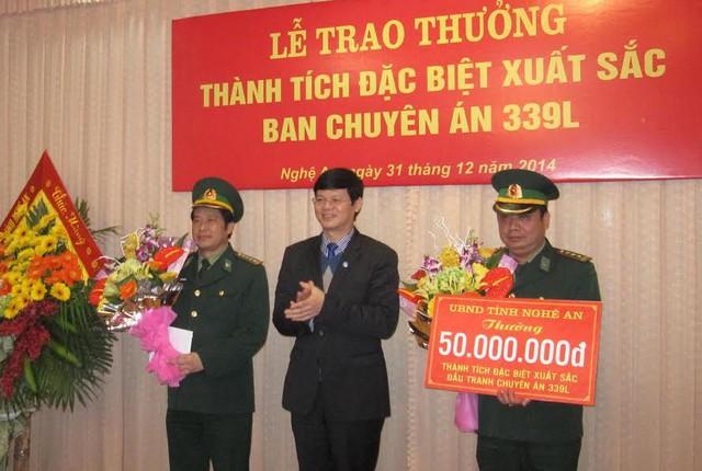 Trung tướng Võ Trọng Việt - Ủy viên BCH Trung ương Đảng; Tư lệnh BĐBP trao thưởng 50 triệu đồng cho Ban chuyên án.