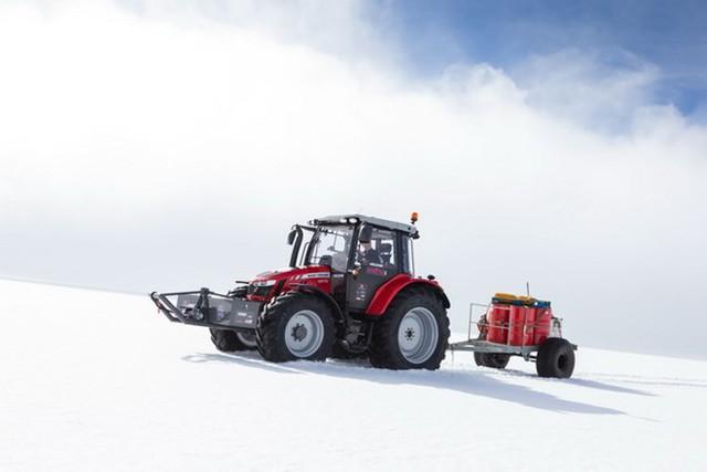 """""""Nhà thám hiểm"""" người Hà Lan Manon Ossevoort đã đặt chân tới Nam Cực trên một chiếc máy cày.Nguồn: agcocorp.com"""