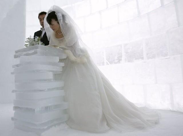 Akemi Kito và Hiroshi Matsuoka làm lễ cưới bên trong một thánh đường làm bằng băng đá ở làng Igloo, trên hồ Shikaribetsu tại một hòn đảo phía bắc Nhật Bản thuộc tỉnh Hokkaido.