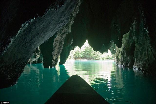 Với chiều dài 8 km, Puerto Princesa Subterranean là dòng sông ngầm dài nhất châu Á là thứ hai trên thế giới.