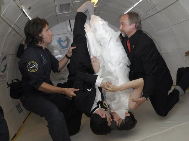 Cặp đôi Erin Finnegan và Noah Fulmor đã tổ chức lễ cưới trong một chiếc máy bay Boeing 727 để ở trạng thái không trọng lượng, khi đang bay qua vịnh Mexico.