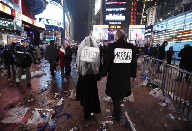 Melessa và Rick Clark đã trao lời hẹn ước ngay tại quảng trường Thời Đại, New York, Mỹ vào đúng đêm giao thừa trong bộ trang phục rất kỳ lạ.