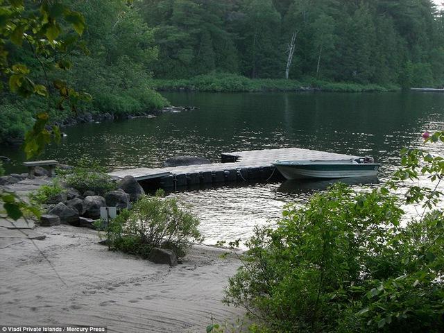 Hòn đảo này có giá 983.676 USD. Ở đây còn có một bến dài khoảng 9 m để thuyền neo đậu.