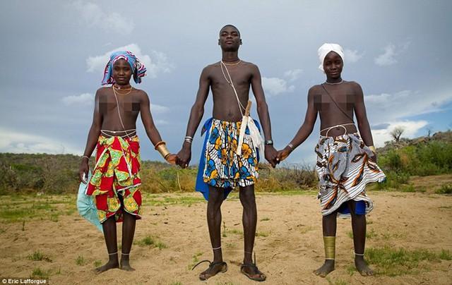 Sau khi cưới, các cặp vợ chồng tại bộ lạc Mwila sẽ không quan hệ tình dục mà chờ vài năm sau. Người chồng thường cưới thêm vài cô vợ để anh ta có thể bán hoặc đổi lấy gia súc.