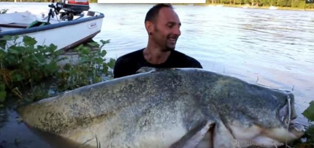 Yuri Grisendi dùng hết sức nâng con cá để ghi lại khoảnh khắc ấn tượng.