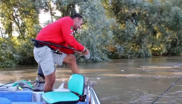 Khi con cá mắc mồi, nó đã kéo Yuri Grisendi đi dọc một con sông ở Ý.