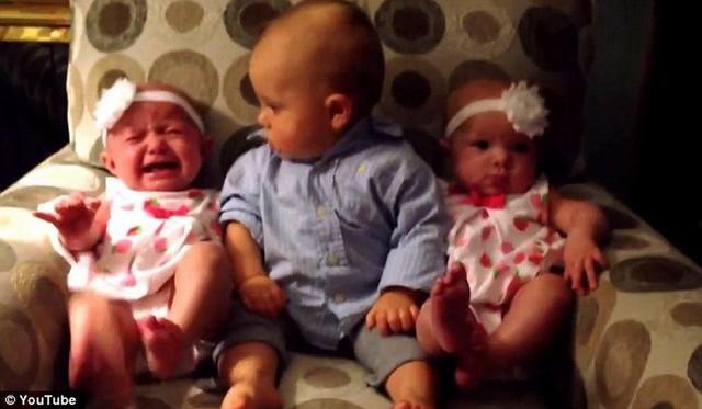 Một em bé khóc, và Landon nhìn sang cô bé...