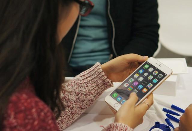 Một người dùng tại Việt Nam đang trải nghiệm chiếc iPhone 6 Plus mới sắm trong ngày đầu máy bán ra tại Việt Nam. Ảnh: Thành Duy.