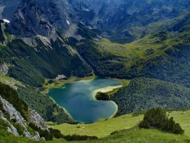 Chiêm ngưỡng những hồ nước hình trái tim đẹp nhất thế giới