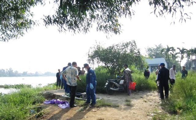 Nhân viên công ty vệ sinh môi trường tiến hành di dời thi thể người phụ nữ.