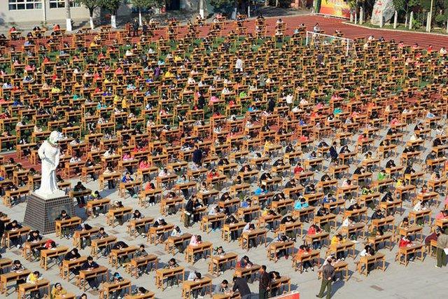 Mục đích của việc tổ chức kỳ thi tập thểlà để học sinh cảm nhận được tính nghiêm túc của thi cử, đồng thời hạn chế việc quay cóp, đại diện nhà trường cho biết.