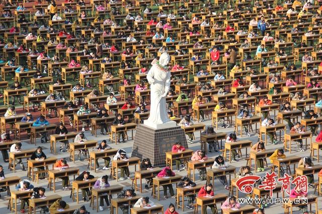 Bàn ghế kê cách nhau 2 m, học sinh chỉ được phép mang bút vào khảo trường. Có hơn 80 giáo viên làm giám thị, camera quan sát đặt khắp nơi, ngoài ra, còn có giám thị đứng trên đài quan sát cao 2m, dùng ống nhòm theo dõi kỳ thi.