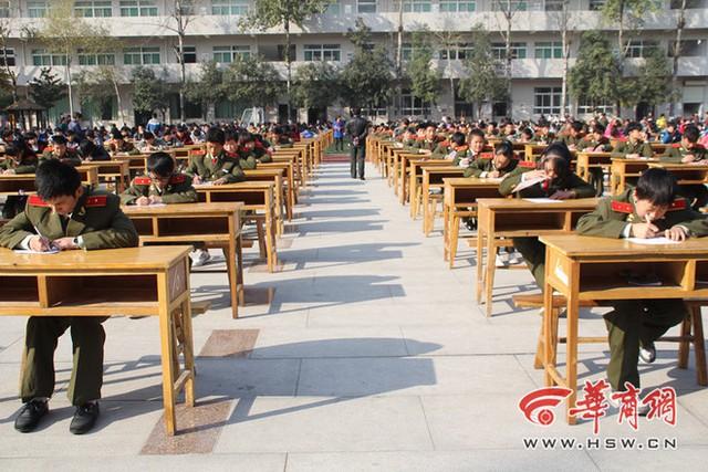 Đại diện nhà trường cho biết, 10 năm nay trường đều tổ chức thi tập thể. Có năm, lượng sinh viên tham gia kỳ thi lên tới 5.000 người. Đây đã trở thành một hoạt động tập thể, được sinh viên yêu thích.