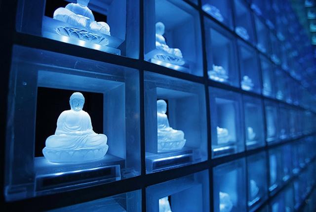 Ruriden, nghĩa trang hiện đại khác cũng ở Tokyo, còn tiết kiệm khoảng không gian bằng cách đặt hơn 2.046 bia mộ nhỏ trong những bức tượng Phật. Mỗi bức tượng được thắp sáng bằng bóng đèn LED đổi màu nhờ dùng một loại thẻ điện tử.