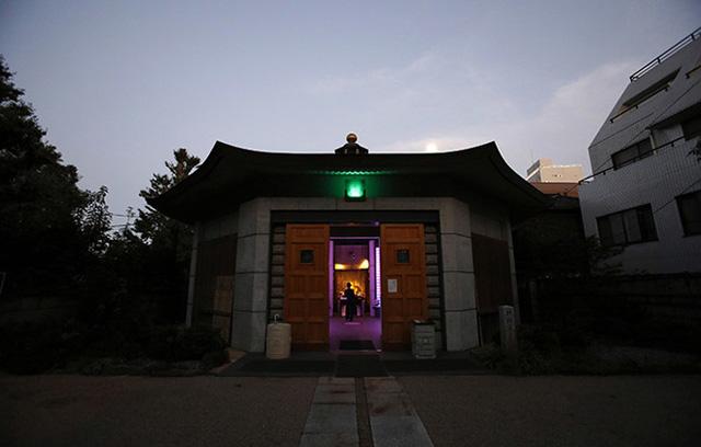 Nhiều người già ở Nhật quan tâm tới lễ tang của mình trong lúc họ vẫn còn khỏe mạnh. Việc này nhằm giảm bớt gánh nặng lên con cái họ.