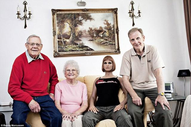 Để có được phóng sự ảnh rất chân thực này, Benita Marcussen đã tiếp cận họ thông qua một diễn đàn trực tuyến - nơi duy nhất để nhiều đàn ông trong số họ có thể cởi mở bày tỏ suy nghĩ, tình cảm đối với những con búp bê. Mất gần 1 năm, Marcussen mới nhận được lời chấp thuận cho chụp ảnh cuộc sống thực của họ với búp bê tình dục. Trong ảnh: Kharn (56 tuổi) và em Alektra. Ông li hôn cách đây 20 năm, đã cố gắng hẹn hò song 8 năm rồi, ông vẫn chưa gặp được ý trung nhân. Ông liền mua con búp bê đầu tiên vào năm 1998, nhưng đến giờ nó vẫn nguyên đai nguyên kiện. Alektra là em mới nhất mà ông rước về. Ôngkhông sex với chúng mà chỉ đơn giản coi là bạn gái. Ông cũng không ảo tưởng coi chúng là những người đàn bà thực thụ. Ông vẫn hy vọng sẽ tìm được bạn đời.