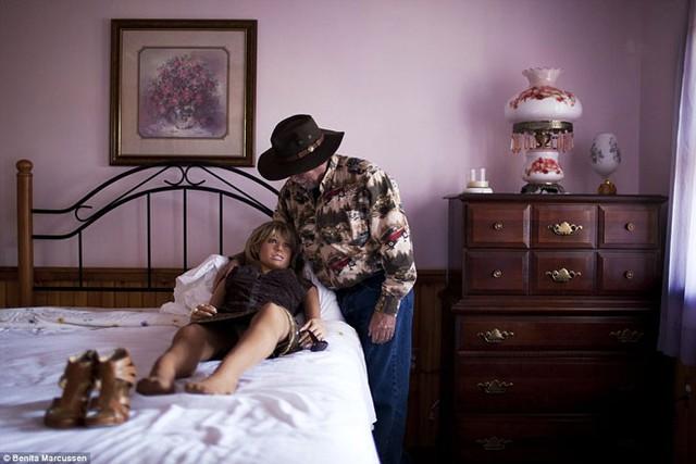 Sau khi vợ mất vì căn bệnh ung thư, Deerman (tên trên mạng) cố gắng gặp gỡ và hẹn hò, song những người đàn bà mà ông thích thì họ lại không thích ông. Nhiều năm sau, ông mua một con búp bê trông giống người vợ quá cố, đặt tên nó là Erica. Con gái út của Deerman biết về mối quan tâm của ông đối với những con búp bê tình dục.