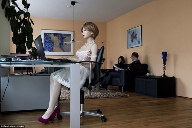 Lily ngồi trước màn hình máy tính, trong khi Sasha và Nescio50 thư giãn trên ghế sofa.