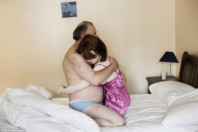 Ông Shadowman bên em Carly tại khách sạn Welsh của chính ông. Ông có bạn gái và 2 con gái đã trưởng thành, song Carly cùng 4 em búp bê khác vẫn là một phần không thể thiếu trong cuộc sống hàng ngày của ông. Nhưng gia đình và bạn bè không hề biết điều đó.