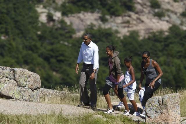 Tổng thống Obama cùng vợ - Michelle, 2 con gái ( Sarah và Maine) đi dạo ở núi