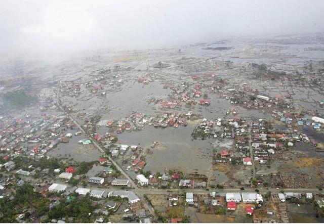 """Những con sóng tới tấp, dồn dập đổ ập vào nhà dân, xe ô tô và thuyền bè. Chúng đã """"ngấu nghiến"""" bất cứ thứ gì trên con đường chúng đi."""
