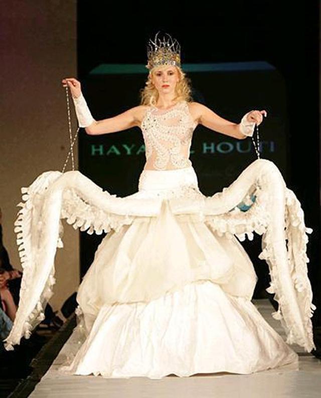 Chiếc váy cưới kiểu bạch tuộc gây sốc cho nhiều người.