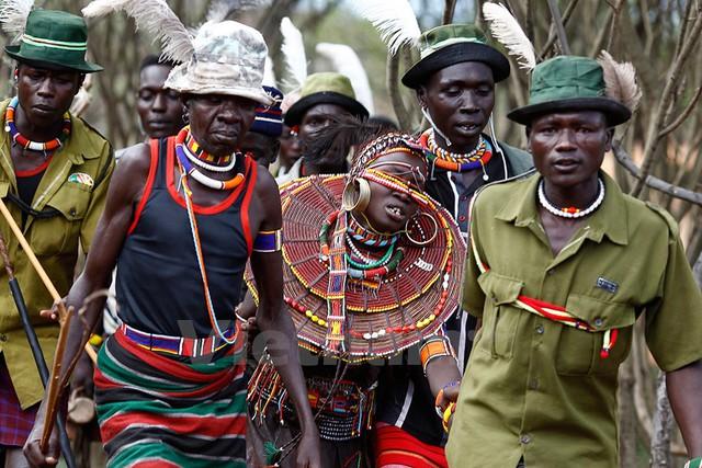 Những người đàn ông thuộc bộ lạc Pokot kèm chặt một cô gái sắp phải làm lễ cưới với một người trong bộ lạc. Ảnh: Siegfried Modola/Reuters