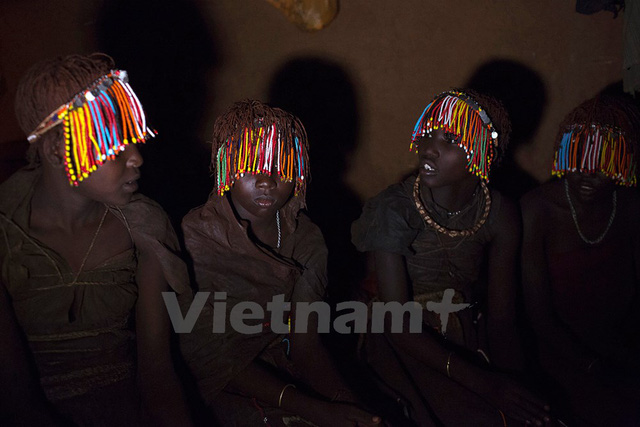 Các thiếu nữ Pokot đeo chuỗi hạt và mặc da thú, ngồi trong một căn lều tách biệt một tuần trước nghi lễ trưởng thành đánh dấu việc chuyển từ giai đoạn thiếu nữ sang phụ nữ. Ảnh: Siegfried Modola/Reuters