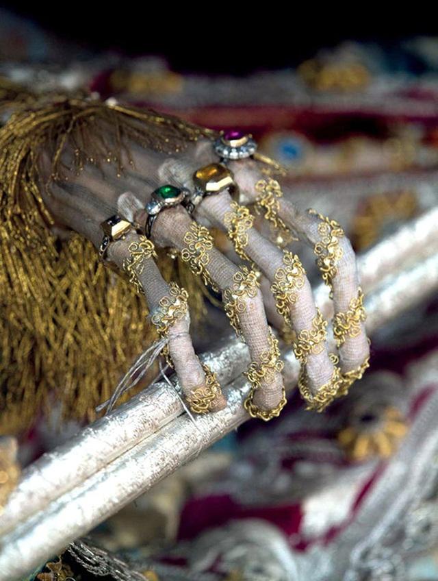 Cận cảnh những xác ướp bí ẩn cuốn đầy châu báu trong mộ cổ