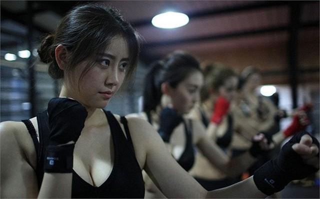 Nữ học viên sexy bên trong lớp đào tạo vệ sỹ Thiên Kiêu ở Bắc Kinh, Trung Quốc hôm 30/4.