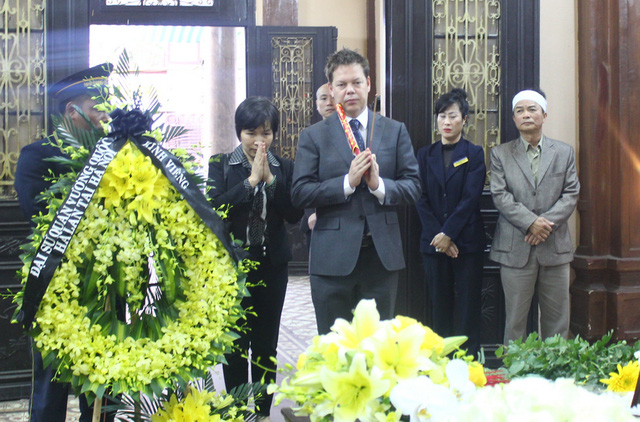 Đại diện Đại sứ quán Việt Nam tại Hà Lan đến viếng