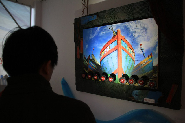 Tàu cá ĐNa 90152TS của bà Huỳnh Thị Như Hoa (trú quận Thanh Khê, Đà Nẵng) bị tàu Trung Quốc đâm chìm khi đang hoạt động hợp pháp tại vùng biển Hoàng Sa chiều ngày 26/5 được trưng bày khéo léo tại triển lãm