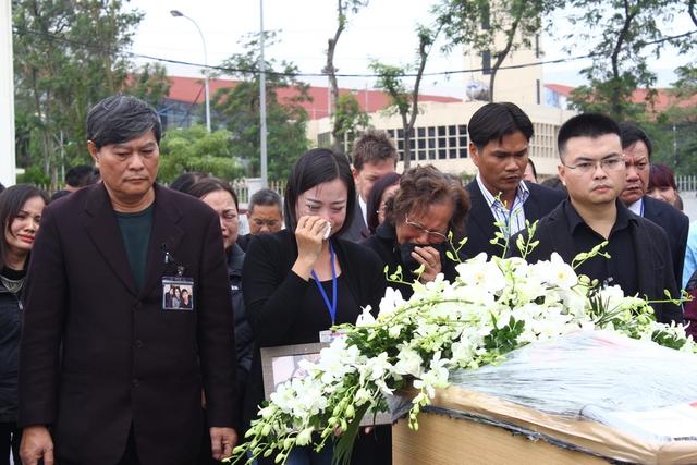 Ông Nguyễn Ngọc Khanh, bố chị Minh (bên trái) trước di hài của con gái và 2 cháu ngoại.