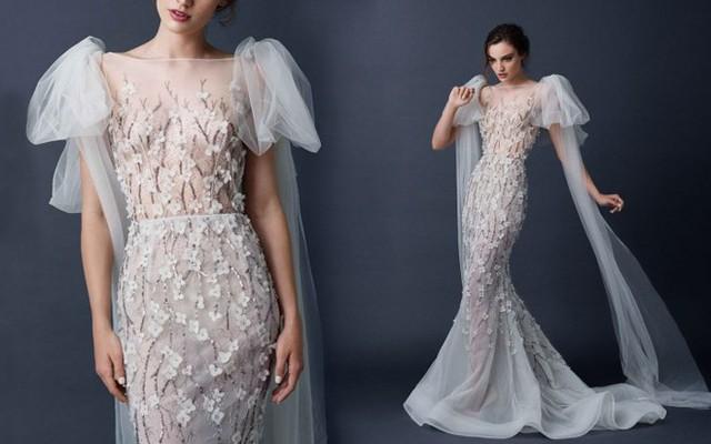 Nổi bật hơn là các sắc hoa màu nhạt như màu mỡ gà, màu nude trên nền vải sheer trắng, điểm thêm các chi tiết nhấn nhá duyên dáng trong thiết kế váy cưới của Saolo Sebastian.