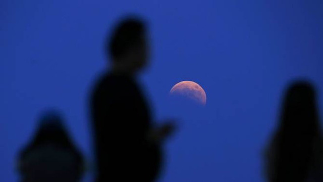 Người dân ngắm cảnh tượng thiên văn kỳ thú và hiếm hoi tại một sân tennis ở thành phố Thượng Hải, Trung Quốc. Ảnh: Reuters