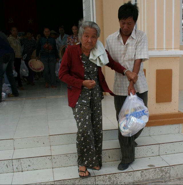 Nhiều người cao tuổi tại xã nghèo Phú Lộc đang đối mặt với chuyện cơm áo gạo tiền hàng ngày đến quên cả việc chăm lo sức khỏe.