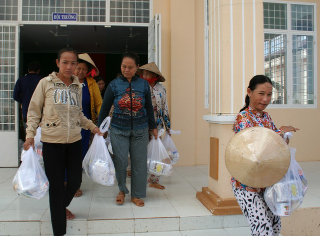 Bà con nghèo, khó khăn ở xã biên giới Phú Lộc đã có một ngày vui.
