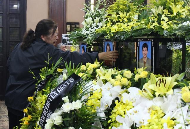 Bà Quản Thị Phong khóc nức nở trước di ảnh của con và các cháu.