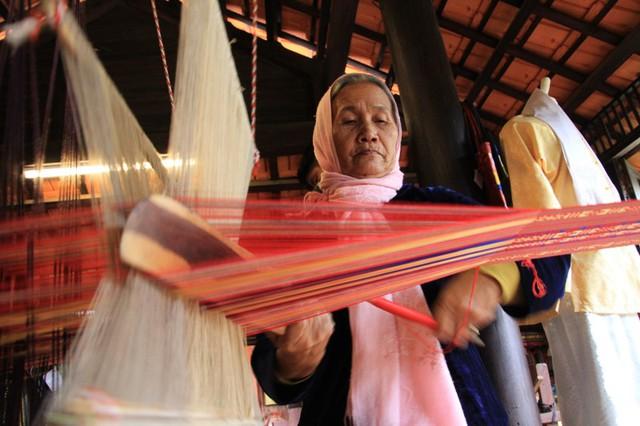 Đây là những ông bà nghệ nhân người Chăm đến từ Ninh Thuận sống ở làng lụa Hội An. Dù tuổi đã cao, họ vẫn luôn nhanh tay nhanh mắt móc chỉ, lên go, pha màu, dập vải để làm nên những tấm thổ cẩm rực rỡ, đặc sắc của văn hoá Chăm