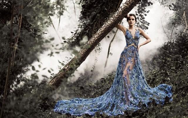 Nếu yêu thích màu sắc tươi sáng, bạn có thể chọn các kiểu váy cưới hoa 3D xanh coban lộng lẫy theo xu hướng khoe nội y gợi cảm cũng của Saolo Sebastian.