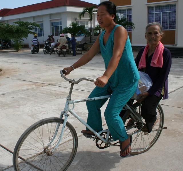 Bà con nghèo ở xã biên giới Phú Lộc hãy còn vất vả lắm.