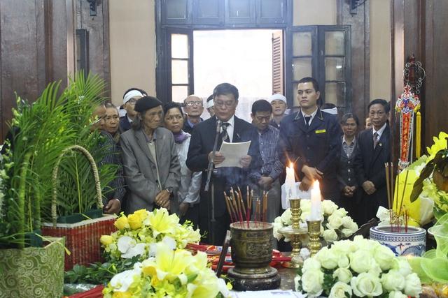 Ông Nguyễn Ngọc Khanh đọc lời cảm ơn của gia đình tới các cơ quan, bạn bè... đã động viên, chia sẻ với gia đình thời gian qua
