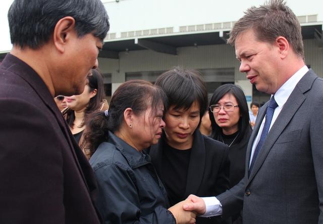Vợ chồng ông Khanh cảm ơn đại diện Đại sứ quán Hà Lan tại Việt Nam.