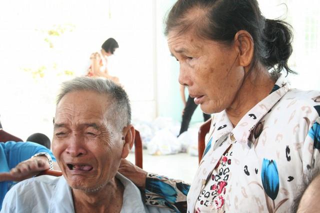Cụ Thành xúc động đến rơi nước mắt khi nhận được sự hỗ trợ từ đoàn công tác báo Gia đình & Xã hội hôm 9/11.
