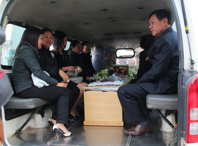 Sau khi hoàn thành thủ tục bàn giao thi thể tại ga Nội Bài, thi hài 3 mẹ con chị Minh được người thân đưa về bảo quản tại Nhà tang lễ Phùng Hưng. Sáng ngày 17/11, sẽ làm lễ truy điệu.