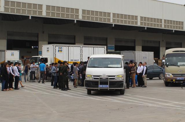 Đúng 12 giờ 50 phút, xe chở thi hài các nạn nhân về nhà tang lễ Phùng Hưng.