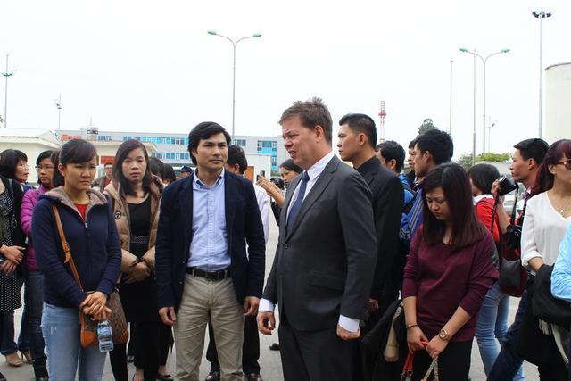 Đến đón di hài các nạn nhân trong vụ máy bay MH17 có Đại diện của Đại sứ quán Hà Lan tại Việt Nam và Cục Lãnh sự (Bộ Ngoại giao Việt Nam).