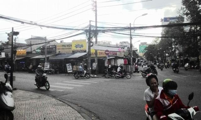 Bảng cấm lưu thông hai chiều khiến người dân phải chạy xe vòng vèo, khó hiểu.